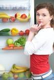 Mujer y refrigerador Imagen de archivo