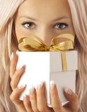 Mujer y regalo Imagen de archivo