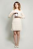 Mujer y reloj de alarma Mida el tiempo del concepto Imagen de archivo libre de regalías