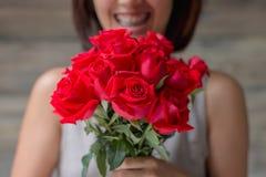 Mujer y Rose roja Fotos de archivo libres de regalías