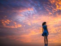 Mujer y scape hermoso de la nube imagen de archivo