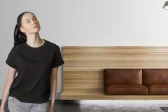 Mujer y sofá de cuero moderno imagenes de archivo