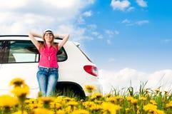 Mujer y su coche en el campo Imagen de archivo