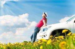 Mujer y su coche en el campo Foto de archivo libre de regalías
