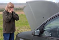 Mujer y su coche quebrado Imagen de archivo libre de regalías