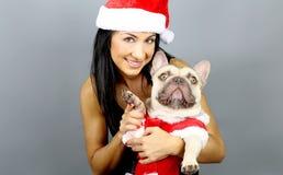 Mujer y su dogo francés en traje de la Navidad Imagen de archivo
