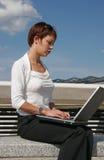 Mujer y su ordenador Foto de archivo libre de regalías