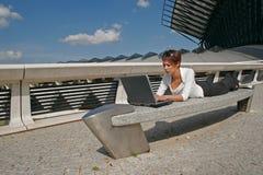 Mujer y su ordenador Imágenes de archivo libres de regalías