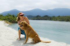Mujer y su perro imagen de archivo libre de regalías