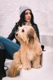 Mujer y su perro Fotografía de archivo libre de regalías