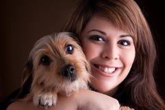 Mujer y su perro de animal doméstico Fotos de archivo
