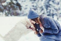 Mujer y su perro fiel fotos de archivo