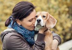 Mujer y su retrato preferido del perro Foto de archivo