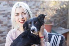 Mujer y su sonrisa preferida del retrato del perro imágenes de archivo libres de regalías