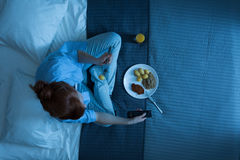Mujer y su vida en una cama Imagen de archivo libre de regalías