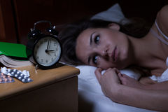 Mujer y sus drogas para la depresión Imágenes de archivo libres de regalías