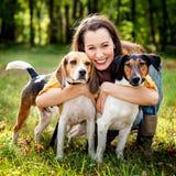 Mujer y sus perros Imágenes de archivo libres de regalías