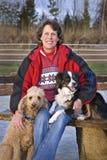 Mujer y sus perros - céntrese en la cara de la mujer fotos de archivo libres de regalías