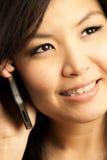 Mujer y teléfono móvil Fotos de archivo libres de regalías