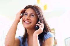 Mujer y teléfono Imagen de archivo