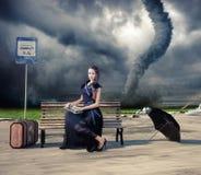 Mujer y tornado imagenes de archivo