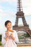 Mujer y torre Eiffel de París Imagenes de archivo