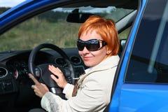 Mujer y un coche Fotos de archivo libres de regalías