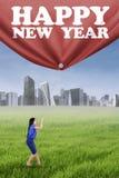 Mujer y una bandera del Año Nuevo Foto de archivo libre de regalías