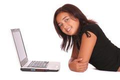 Mujer y una computadora portátil Fotografía de archivo libre de regalías
