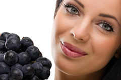 Mujer y uvas frescas Foto de archivo libre de regalías