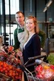 Mujer y vendedor del supermercado foto de archivo