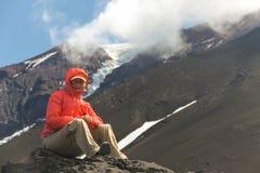 Mujer y volcán Fotografía de archivo libre de regalías