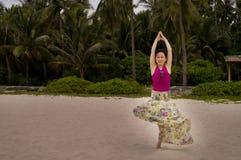 Mujer y yoga en viento del thte imagen de archivo libre de regalías