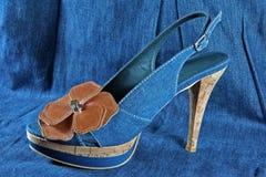 mujer \ \ \ 'zapato de s en fondo de los tejanos Fotos de archivo