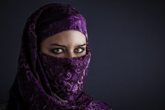 Mujeres árabes con velo tradicional, ojos intensos, belleza mística Fotografía de archivo