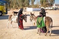 Mujeres árabes nativas con el burro y la cabra Fotografía de archivo