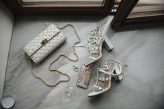 Mujeres \ 'novia de los accesorios de s Bolso, zapatos, anillos, perfume nupcial imagen de archivo