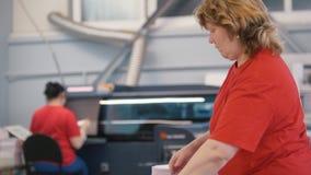 Mujeres adultas que trabajan con la edición impresa en tipografía almacen de video