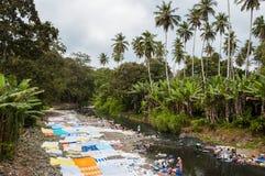 Mujeres africanas que lavan la ropa en un río en Sao Tome Imagenes de archivo