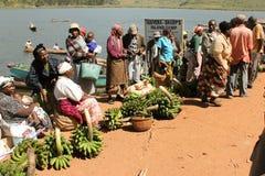 Mujeres africanas que venden plátanos en el mercado. Imagen de archivo libre de regalías