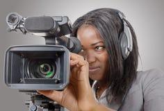 Mujeres afroamericanas jovenes con la cámara de vídeo profesional y imágenes de archivo libres de regalías