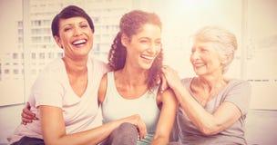 Mujeres alegres del ajuste en clase de la yoga Foto de archivo libre de regalías