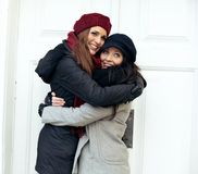 Mujeres alegres que se dan un abrazo imagen de archivo libre de regalías