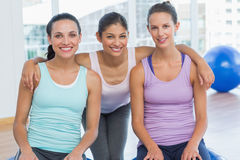 Mujeres aptas que sonríen en sala de ejercicio Foto de archivo libre de regalías