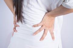 Mujeres asiáticas con dolor de espalda Imágenes de archivo libres de regalías