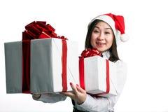 Mujeres asiáticas con el rectángulo de regalo Fotos de archivo