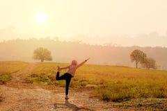 Mujeres asiáticas con posturas de la yoga de los ejercicios de la mañana fotografía de archivo libre de regalías