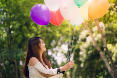 Mujeres asiáticas hermosas jovenes sonrientes con el pelo marrón largo en el parque Fotos de archivo libres de regalías