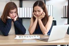 Mujeres asiáticas jovenes atractivas del consejero de inversión que trabajan junto en el lugar de trabajo de la oficina Concepto  fotos de archivo
