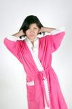 Mujeres asiáticas jovenes vestidas en baño de los pijamas Foto de archivo libre de regalías